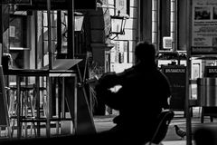 Hombre de la sombra con el violín Imagen de archivo