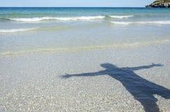 Hombre de la sombra en la playa Fotos de archivo libres de regalías