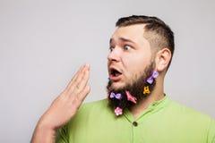 Hombre de la sorpresa con las pinzas de pelo Foto de archivo