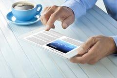 Hombre de la tableta de las noticias de negocio Imágenes de archivo libres de regalías
