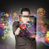 Hombre de la tecnología con la red en la tableta digital Fotografía de archivo libre de regalías