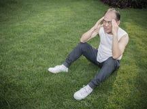 Hombre de la tensión que lleva a cabo su cabeza Fotografía de archivo libre de regalías