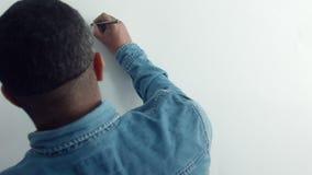 Hombre de la visión superior que dibuja un corazón almacen de metraje de vídeo
