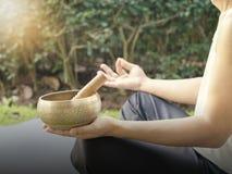 Hombre de la yoga con el cuenco del canto para la meditación Imágenes de archivo libres de regalías