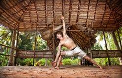 Hombre de la yoga en shala indio Foto de archivo libre de regalías