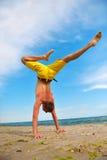 Hombre de la yoga que se coloca en las manos Imágenes de archivo libres de regalías