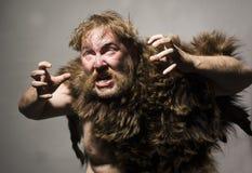Hombre de las cavernas en piel del oso Imágenes de archivo libres de regalías