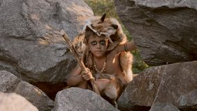 Hombre de las cavernas, muchacho de hombres que caza al aire libre Retrato antiguo del guerrero metrajes