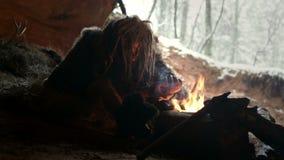 Hombre de las cavernas prehistórico en su cueva almacen de metraje de vídeo