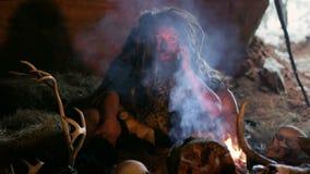 Hombre de las cavernas prehistórico que usa smartphone almacen de video