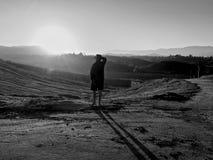 Hombre de las colinas de la salida del sol Fotos de archivo libres de regalías