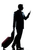 Hombre de las hojas de ruta (traveler) de asunto con el teléfono y la maleta Fotografía de archivo