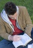 Hombre de lectura Fotos de archivo libres de regalías