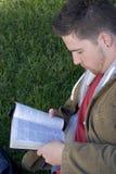 Hombre de lectura Imágenes de archivo libres de regalías