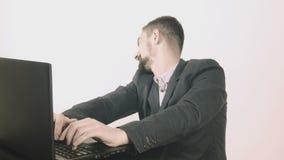 Hombre de los asuntos divertidos que mecanografía en su escritorio metrajes