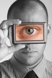 Hombre de los Cyclops que lleva a cabo el dispositivo de la representación visual imagenes de archivo