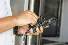 Hombre de manija en control remoto del CNC Fotos de archivo libres de regalías
