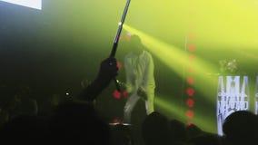 Hombre de Mc que se realiza en etapa Danza de la gente en partido en club nocturno iluminaciones almacen de metraje de vídeo