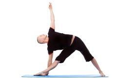 Hombre de mediana edad enérgico que hace actitudes de la yoga foto de archivo libre de regalías