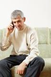 Hombre de mediana edad en el teléfono celular Fotos de archivo libres de regalías