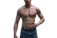 Hombre de mediana edad muscular que presenta en el fondo blanco, tiro aislado del estudio Foto de archivo