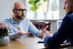 Hombre de mediana edad que asiste a entrevista de trabajo fotos de archivo