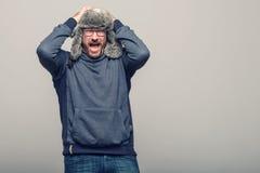 Hombre de mediana edad que reacciona en choque y horror foto de archivo libre de regalías