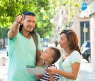 Hombre de mediana edad que señala la dirección para la familia Fotos de archivo libres de regalías