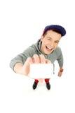 Hombre de mirada fresco que sostiene la tarjeta en blanco Fotos de archivo