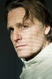 Hombre de mirada pensativo Imagen de archivo