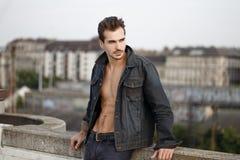 Hombre de moda atractivo en el dril de algodón que presenta al aire libre en ciudad Fotos de archivo