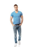 Hombre de moda casual que presenta en el piso Foto de archivo libre de regalías