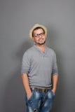 Hombre de moda del inconformista que mira la cámara en estudio Fotografía de archivo libre de regalías