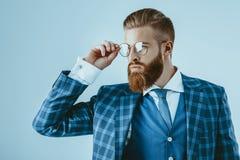 Hombre de moda en chaqueta azul Fotos de archivo libres de regalías