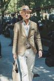 Hombre de moda en la semana de la moda del ` s de Milan Men Foto de archivo
