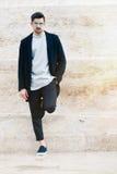 Hombre de moda hermoso, pared blanca imagen de archivo