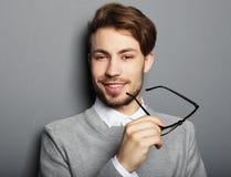 Hombre de moda joven con los vidrios que sonríe, tiro del estudio Fotografía de archivo