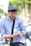 Hombre de moda joven que habla en el teléfono al aire libre Imagenes de archivo