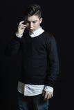 Hombre de moda joven que mira abajo y que rasguña su cabeza en el franco Fotografía de archivo
