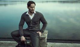 Hombre de moda por el lago Imagen de archivo
