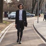 Hombre de moda que presenta durante semana de la moda del ` s de Milan Men Foto de archivo libre de regalías