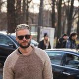 Hombre de moda que presenta durante semana de la moda del ` s de Milan Men Fotos de archivo libres de regalías