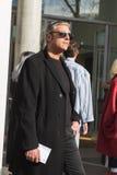 Hombre de moda que presenta durante semana de la moda del ` s de Milan Men Fotografía de archivo