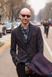 Hombre de moda que presenta durante semana de la moda del ` s de Milan Women Imagenes de archivo