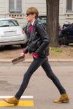 Hombre de moda que presenta durante semana de la moda del ` s de Milan Women Fotos de archivo libres de regalías