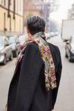 Hombre de moda que presenta durante semana de la moda del ` s de Milan Women Foto de archivo