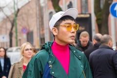 Hombre de moda que presenta durante semana de la moda del ` s de Milan Women Foto de archivo libre de regalías
