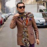 Hombre de moda que presenta durante semana de la moda del ` s de Milan Women Fotografía de archivo libre de regalías