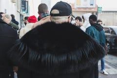 Hombre de moda que presenta en la semana de la moda del ` s de Milan Men Fotografía de archivo