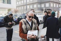 Hombre de moda que presenta en la semana de la moda del ` s de Milan Men Fotos de archivo